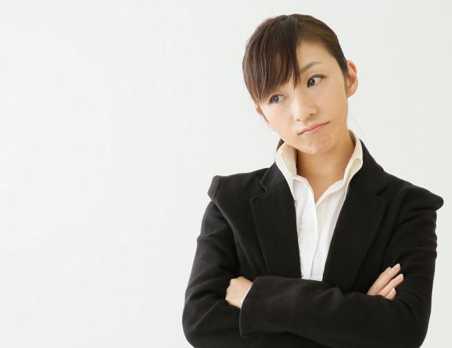 女性 ビジネス 悩む 腕組み