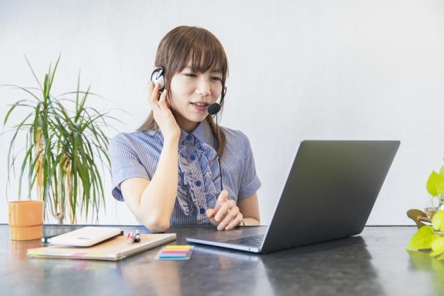 女性 ビジネス テレワーク パソコン