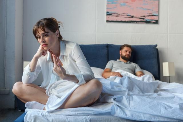 離婚するかどうかに悩む妻